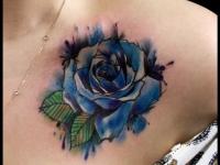 Тату сине-белая роза на ключице девушки