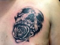 Татуировка череп на груди