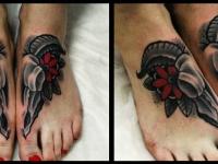 Татуировка цветок на ступне