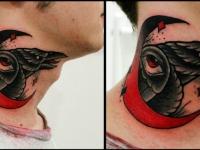 Татуировка голова ворона с полумесяцем на шее