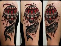 Татуировка кашалот и воздушный шар на плече