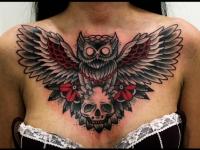 Татуировка филин и череп на груди
