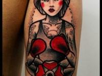 Татуировка девушка в боксерских перчатках на плече