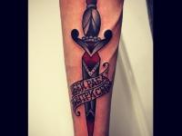 Татуировка кинжал на предплечье