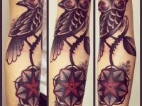 Татуировка птица на ветке на руке