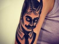 Татуировка мужчина с рогами на плече