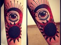 Татуировка солнце и глаз на предплечье