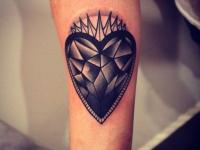Татуировка каменное сердце на предплечье