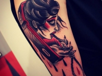 Татуировка голова вампира в гробу на плече
