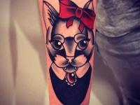 Татуировка голова кошки с бантиком на предплечье