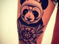 Татуировка панда на бедре