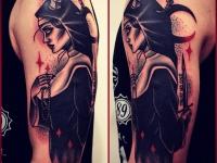 Татуировка девушка с кинжалом на плече