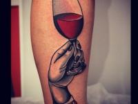 Татуировка рука с бокалом