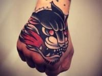 Татуировка голова пантеры на кисти руки