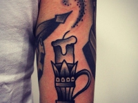 Татуировка свеча на плече