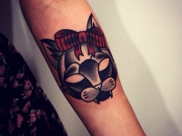 Татуировка голова кота с бантиком на предплечье