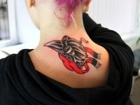 Татуировка голова птицы в очках на шее