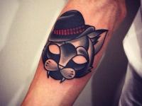Татуировка голова кота в шляпе на предплечье