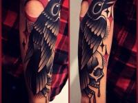 Татуировка ворон с черепом на предплечье