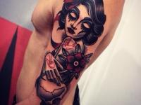Татуировка девушка с розой на плече