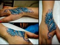 Татуировка крыло на кисти