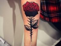 Тату роза с большими шипами на предплечье