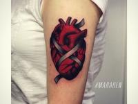Тату перевязанное лентой живое сердце