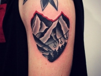 Татуировка горы в виде сердца