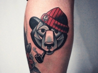 Тату медведь в шапке с табачной трубкой во рту