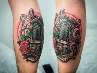 Татуировка микрофон на икре