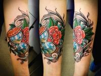 Татуировка песочные часы и роза на предплечье