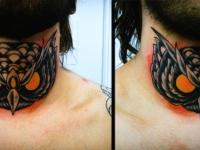 Татуировка голова филина на шее