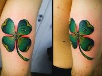 Татуировка листок клевера на плече