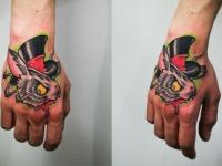 Татуировка голова кролика в шляпе на кисти руки