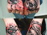 Татуировка паук и череп на кистях рук