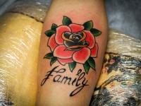 Татуировка роза с надписью