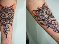 Татуировка голова кота с узором на предплечье