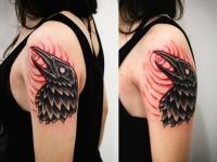 Татуировка голова ворона на плече