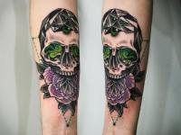 Татуировка череп с розой на предплечье