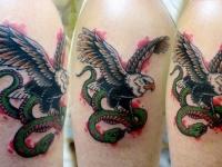 Татуировка орел и змея на плече