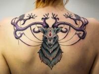 Татуировка голова оленя на спине