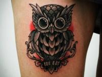 Татуировка филин на бедре
