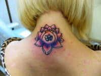 Татуировка цветок лотоса на шее