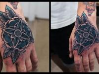 Татуировка узор на кисти