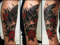 Татуировка череп и ворон на руке
