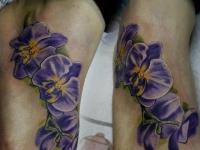 Тату фиолетовые цветочки на стопах