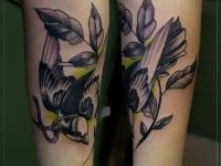 Татуировка ласточка с листиком и веревкой