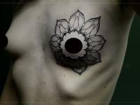 Тату сосок внутри цветка груди женщины