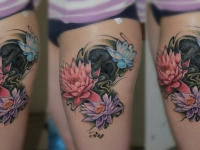 Татуировка разноцветные хризантемы на бедре