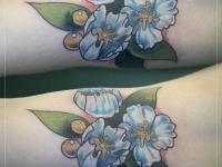 Татуировка голубые цветочки на предплечье
